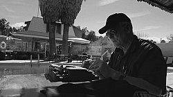 Auf einer alten Schreibmaschine tippt Jim einen Brief an Jella Haase / Quelle: Toyota